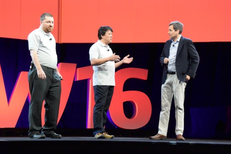 Nad kontroverzním návrhem vesmírného výtahu debatovali David Pogue z Yahoo Tech (vpravo) a Shuchi Ohno (uprostřed)