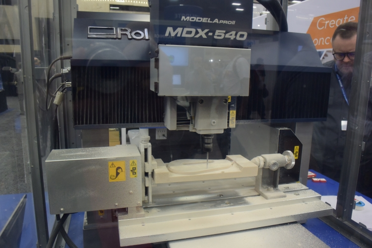 Čtyřosou stolní frézku MDX-540 prezentovala společnost Roland. Je vhodná pro výrobu kovových forem, prototypů a zaujme pořizovací cenou – ta začíná na 20 tisících dolarů