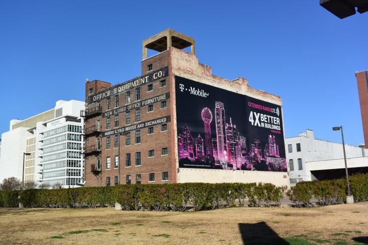 S rušivými elementy reklam na historických budovách se dnes setkáváme všude – i v Dallasu