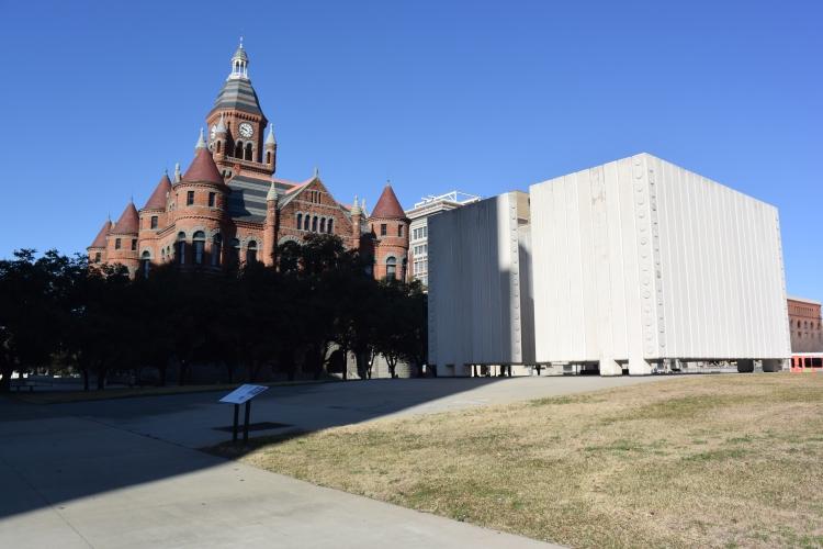 Atypický pomník (šedý betonový monument vpravo) zde připomíná atentát na prezidenta J. F. Kennedyho