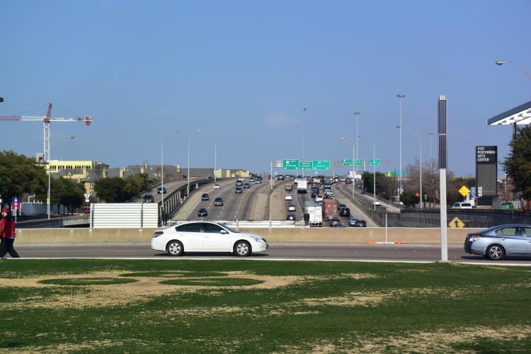Pod parkem vede tunel s osmiproudou dálnicí. Klid a odpočinek zde nenajdete