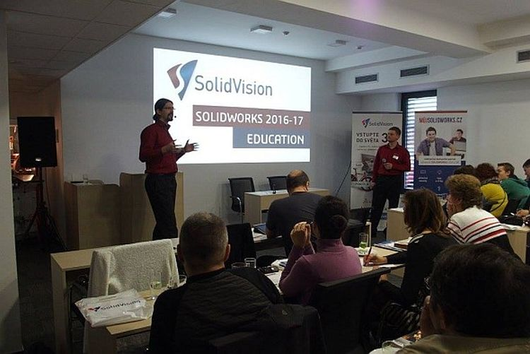 Brněnská EDU konference se pořádala vhotelu eFi. Novinky ve výukové verzi pro aktuální školní rok představili Petr Lstiburek (vlevo) a Pavel Kala. Foto: SolidVision