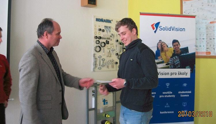 Ceny výhercům předal Hynek Horák, ředitel společnosti SolidVision. Foto: SPŠ Hranice