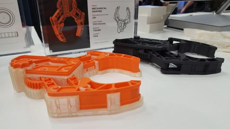 3D tisk funkčních prototypů vmožností vyplavitelného (rozpustného) materiálu PVA prezentovala společnost Makerbot. Ta představila i novou 3D tiskárnu Method. Zda napraví pošramocenou reputaci této značky, se uvidí.