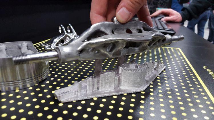 Pokrok ve vývoji 3D tisku kovů metodou FDM poukázala společnost Desktop Metal. Princip výroby spočívá ve vytlačování materiálu zpolotovaru ve formě tuhé tyčinky, která je spojena keramickým pojivem. Po vyplavení vpračce dochází kvytvrzení vsintrovací peci.