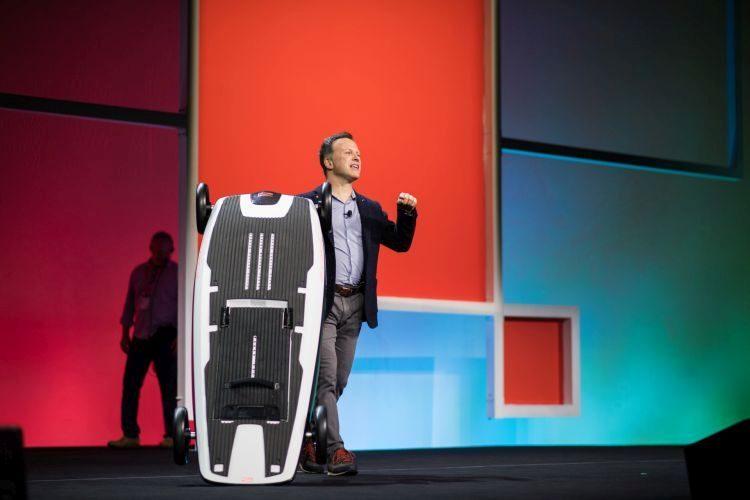 """Gian Paolo Bassi zahájil konference 3DEXPERIENCE World 2020 poněkud netradičně. Na pódium """"připlul"""" na serfovém prkně od společnosti Awake Rävik. Foto: Dassault Systѐmes SOLIDWORKS"""