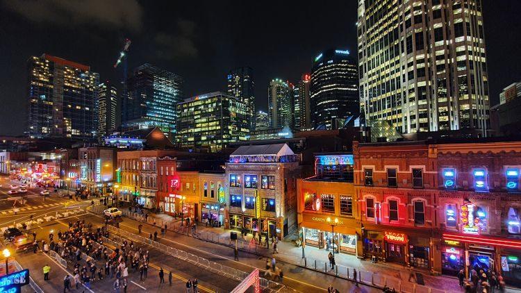 O ulici dále od Music City Centra se nachází slavná nashvillská Broadway, kde jsou desítky podniků, ze kterých je strochou nadsázky neustále slyšet živá muzika. Foto: Marek Pagáč